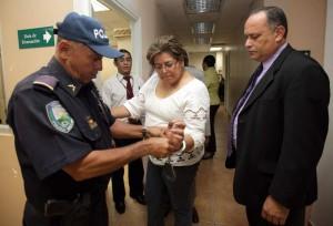 Un policía conduce a Marixa Ramírez del Juzgado a la Penitenciaría.