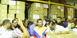 Ministro de Salud con trabajadore del SEFAR