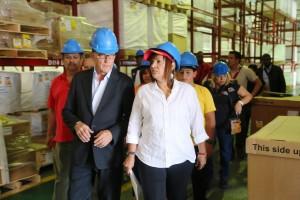 La ministra de Salud, Nancy Pérez, junto al presidente de Novartis en Venezuela, César Casal