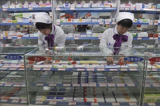 Dos empleadas de una farmacia cambia el precio de varios medicamentos en Shenyang, provincia de Liaoning (China). EFE/archivo