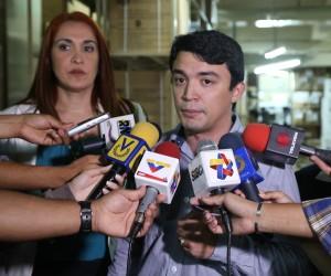 Viceministro de Recursos, Tecnología y Regulación, Henry Hernández y Antonieta Caporales, directora del Hospital Clínico Universitario de Caracas