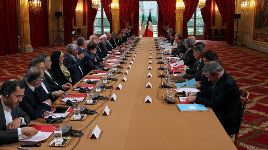 El presidente iraní, Hasan Rohani y la delegación acompañante en una reunión con su par francés, François Hollande y las altas autoridades francesas en París.