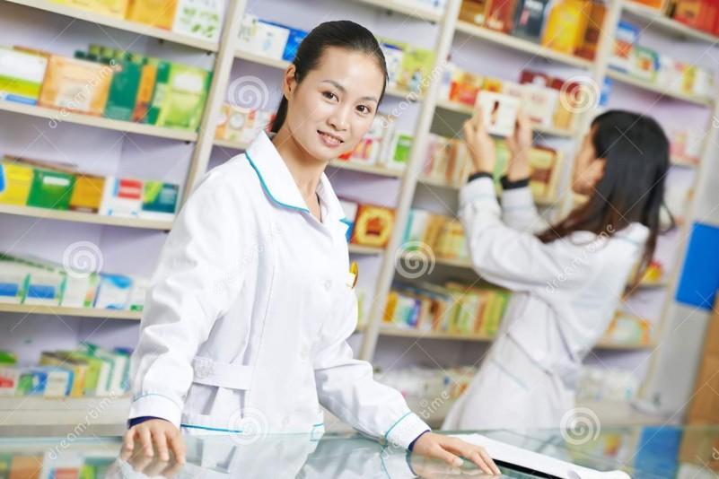 trabajador-chino-de-la-farmacia-en-droguería-de-china-33355924