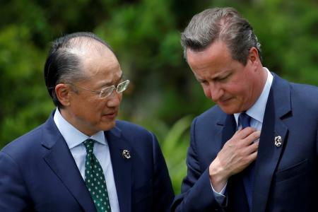 Las farmacéuticas están renovando sus esfuerzos para desarrollar medicamentos para combatir las bacterias resistentes a los antibióticos que están apareciendo, pero es poco probable que se desarrollen nuevas clases de fármacos sin nuevos incentivos financieros que merezcan el esfuerzo inversor, dijeron compañías y expertos del sector. En la imagen, el primer ministro británico David Cameron habla con el presidente del Banco de Japón Jim Yong Kim durante la reunión del G7 celebrado en Ise Shima, Japón, el 27 de mayo de 2016. REUTERS/Carlos Barria