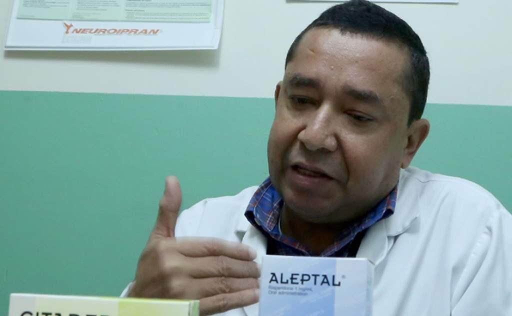 El psiquiatra Bismark Espinoza muestra algunos de los medicamentos para tratar las enfermedades mentales.