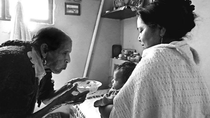 Rosita en una curación de caída de mollera. Archivo Roberto Campos