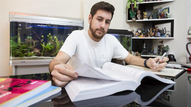 Damián Enrico preparándose para el GMAT, un examen internacional muy complicado