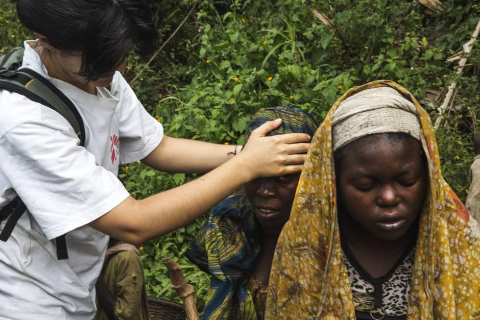 En el camino hacia Nyalugusha, la doctora Inés González toma la temperatura a una familia con síntomas de malaria.