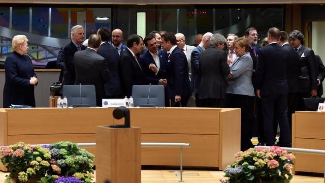 Los líderes de la UE en charlar informal tras finalizar el Consejo Europeo