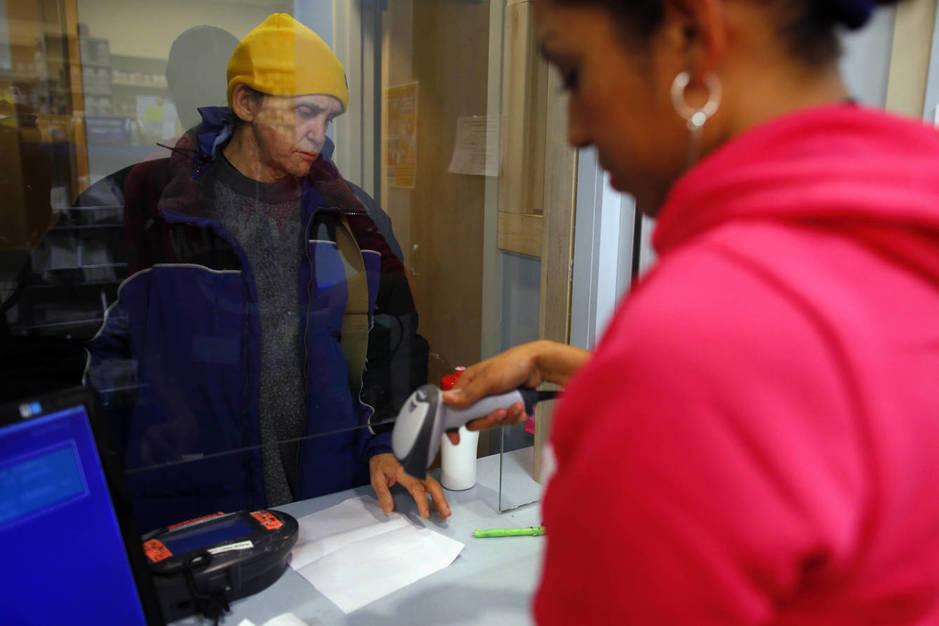 El adicto a los opiáceos James Ingemi recibe un medicamento sustitutivo en un programa de ayuda a los sin techo en Boston, en enero de 2013. (Reuters)