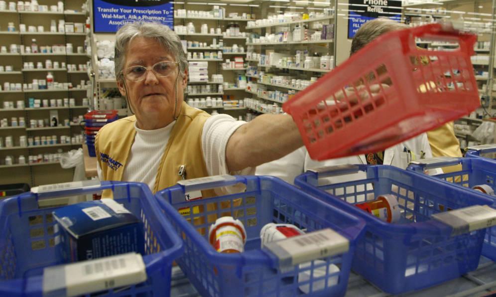 Foto: Una farmacéutica organiza unos medicamentos en un establecimiento en Leesburg, Florida, en 2006. (Reuters)