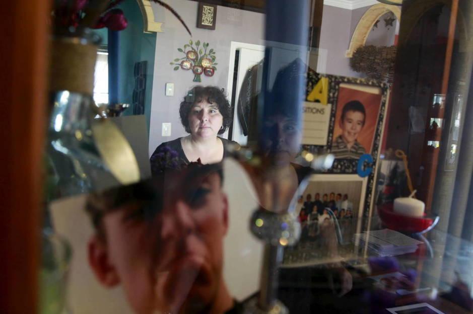 Inez Szczupak muestra los objetos personales de su hijo Martin, muerto de una sobredosis en Nueva York, en 2015. (Reuters)