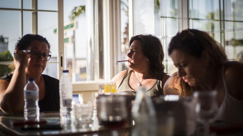 Charo Durán en una cafetería junto al resto de personas afectadas por Essure.