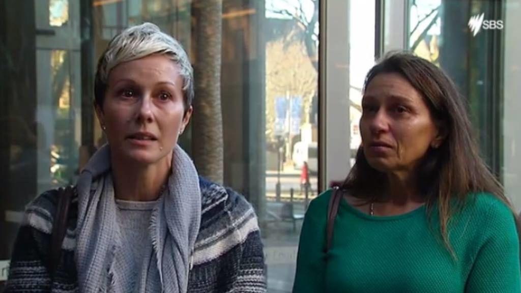 Joanne Maninon y Carina Anderson representan a las víctimas de los implantes.