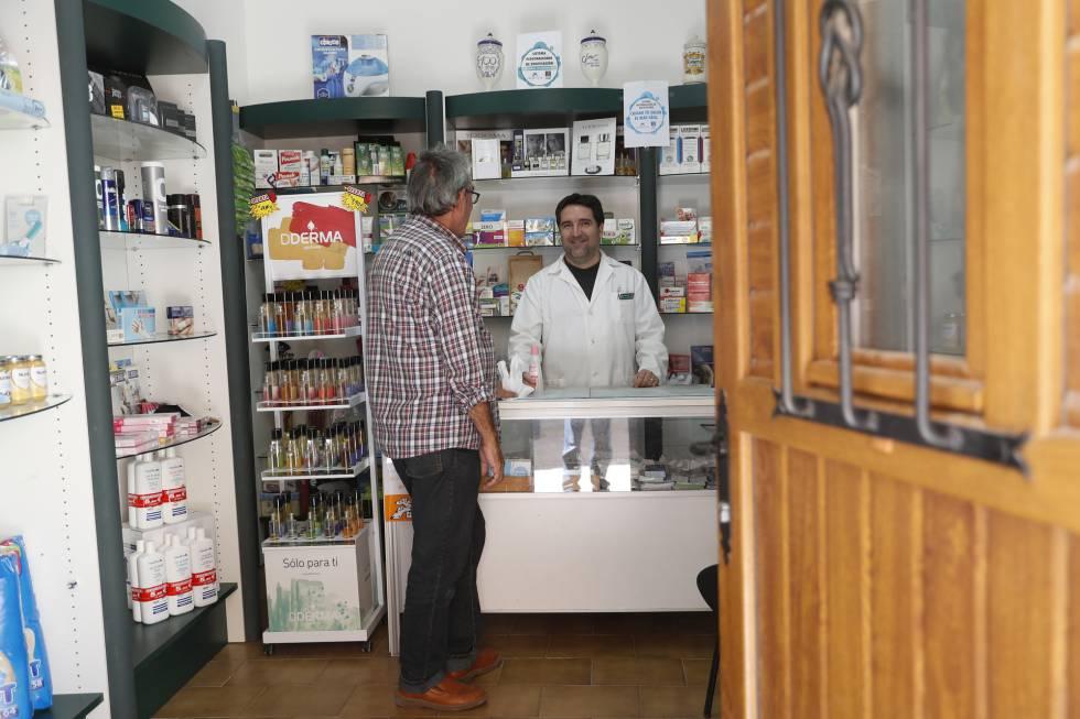 Francisco Aceituno atiende a un cliente en su farmacia de Villel de Mesa, Guadalajara el miércoles pasado.