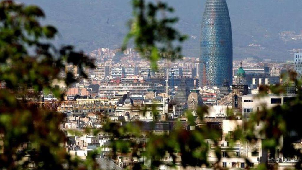 Vista panorámica de la ciudad de Barcelona con la Torre Agbar. EFE/Marta Pérez