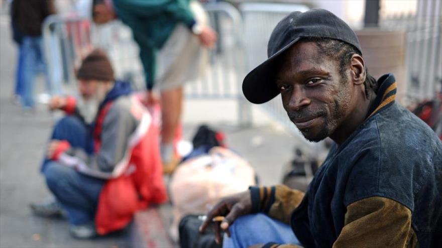 Un ciudadano afroamericano en medio de una calle.